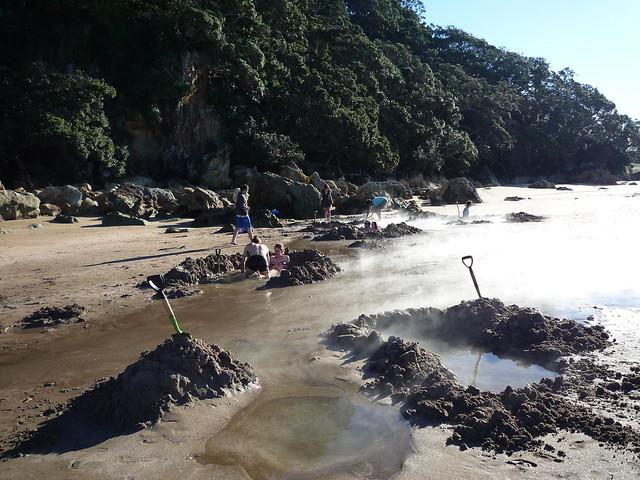 Bade- und Grabespass am Hot Water Beach