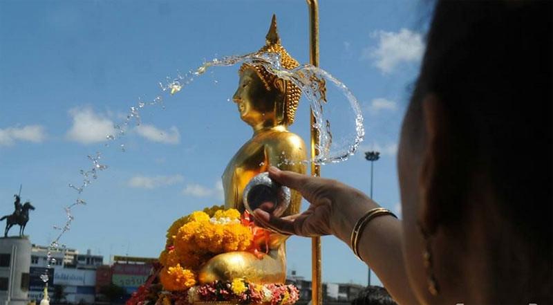 Penyiraman rupaka Phra Buddha Sihing di Lapangan Lan Khon Muang di depan Balai Kota Bangkok dalam perayaan Songkran 2017.