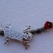 detalle salamandra con serpentina y flor roja