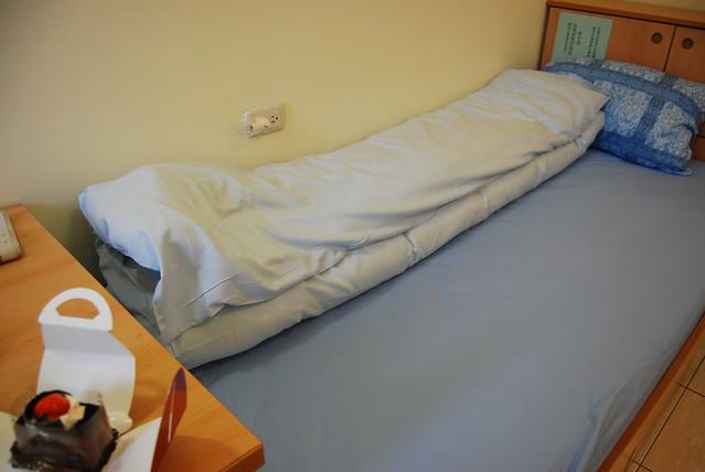 这里要自己铺床单 装被套枕头套