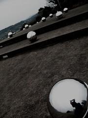 Minamata Memorial 水俣紀念園區。夜間光線會從下面照亮鉻球體,代表被排入灣區甲基汞毒害者的靈魂。(Petchrung (Aey) Sukpong攝)