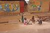 Enfants devant une école