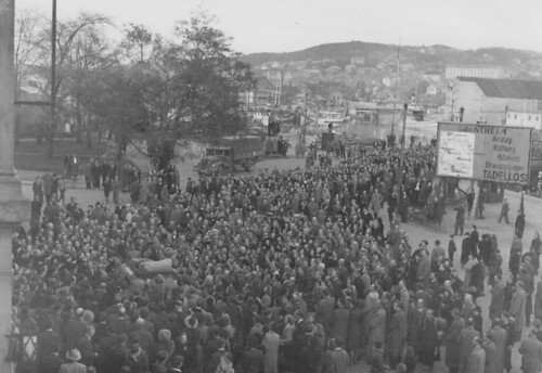 Folkemasse rundt bil utenfor Trondheim Sentralstasjon (1945)