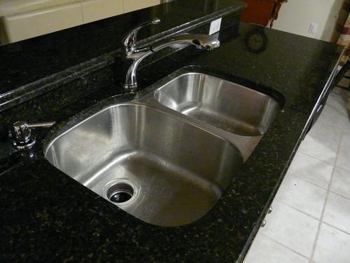 lavello della cucina in acciaio con doppia vasca