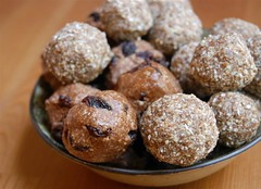 Cinnamon-raisin and coconut-carob balls