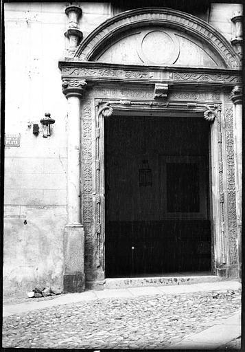 Portada de la Casa de Bálsamo en 1907. Fotografía de Roy Lucien. Société Française d'Archéologie et Ministère de la Culture (France), Médiathèque de l'architecture et du patrimoine (archives photographiques) diffusion RMN