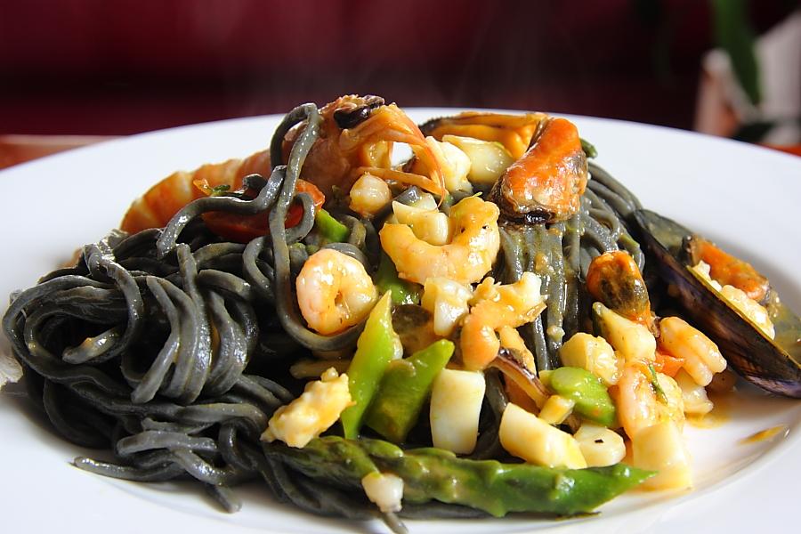 Fotografia di ©ettore(Flickr). Chitarrine nere con asparagi e ragout di mare