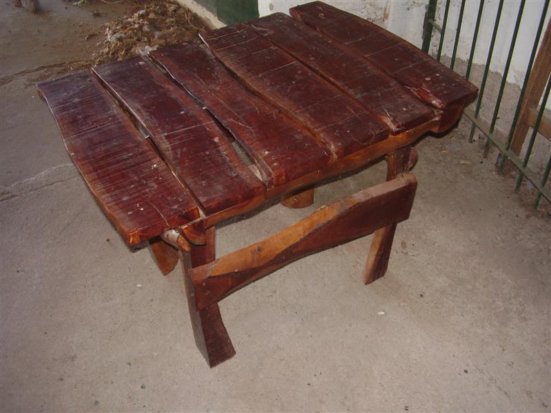 Como hacer una mesa de jardin rustica con 4 troncos for Como hacer una terraza rustica