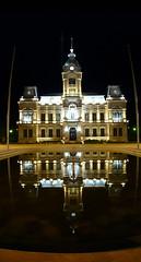municipalidad nocturna vertical