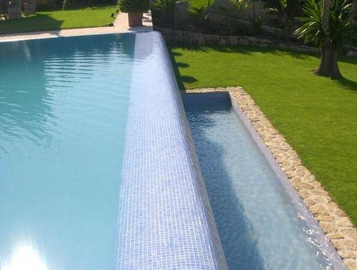 Las piscinas desbordantes o rebosantes for Piscina infinita construccion