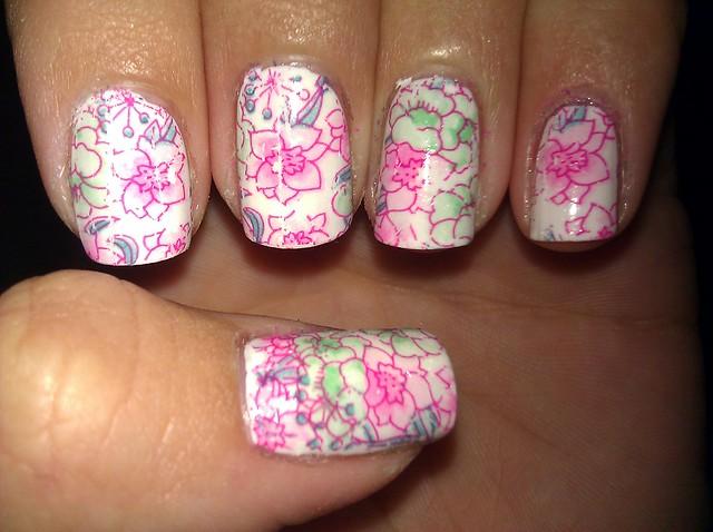 Цветы на ногтях на белом фоне 175