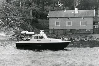 NV 13 Kuninkaansaaren merivartioaseman edessä
