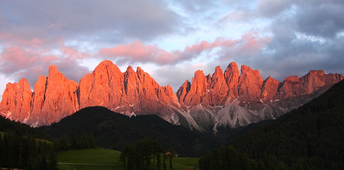 Dolomiti sunset - Enrosadira Tra Le Odle, copyright: https://www.flickr.com/photos/dancingflowers/
