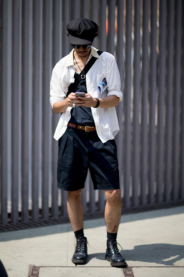 黒キャスケット×白シャツ×黒Tシャツ×黒ショートパンツ×黒レースアップブーツ