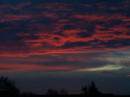 Sturm zum Sonnenaufgang am Himmel schüttelt mich mit grimmiger Faust, prasselnder Hagel, gefallene Menschen 283