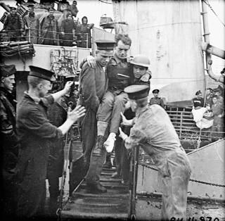 Disembarkation of wounded troops during Operation JUBILEE, the raid on Dieppe. / Débarquement de soldats blessés lors de l'opération « Jubilee », le raid sur Dieppe
