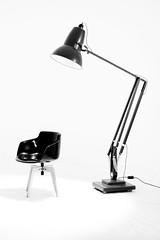 Une chaise, une lampe