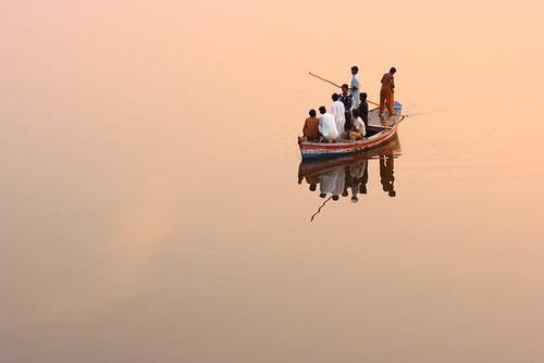 voyage pakistan sunset red people reflection men water canon river mirror boat amir riverboat ripples punjab voyagers mughal mughals samundari amirmukhtar samundari00155
