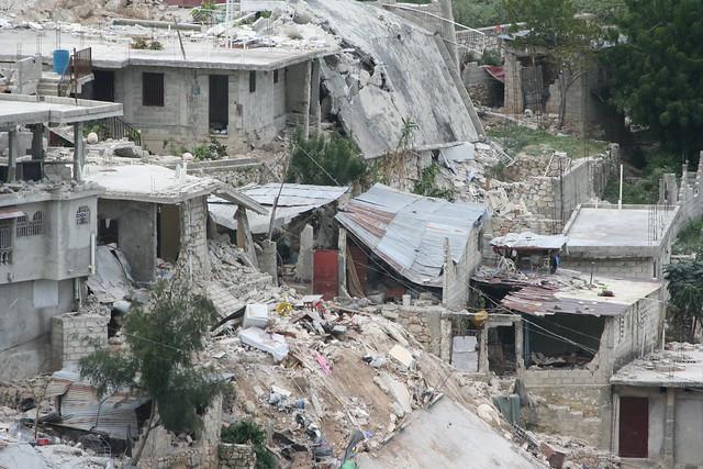 Haiti s isme d combres d 39 un bidonville sur la route du for Canape vert haiti