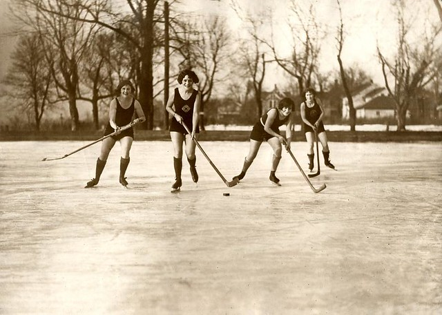 IJshockey in badpak / Ice-hockeying women in bathing suits