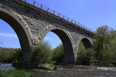 devil's bridge(0.0), girder bridge(0.0), tied-arch bridge(0.0), truss bridge(0.0), overpass(0.0), arch(1.0), aqueduct(1.0), river(1.0), landmark(1.0), architecture(1.0), arch bridge(1.0), viaduct(1.0), waterway(1.0), bridge(1.0),