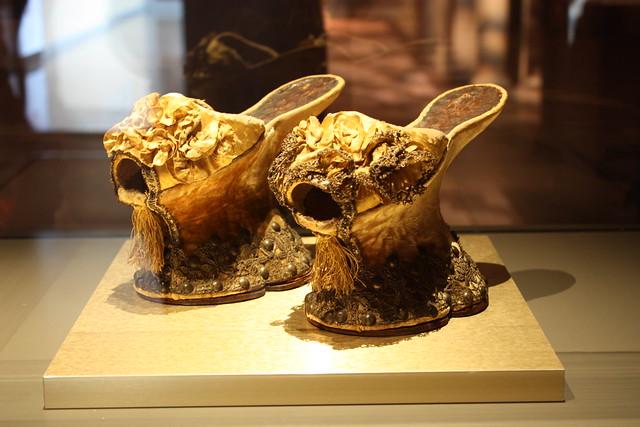Посмотрите, на какие жертвы шли наши предки ради моды, и вы поймете, что у нас все не так уж плохо