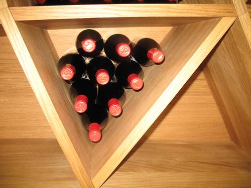 Weinflaschen etwas eigenwillig gelagert - zu sehen in der Kellerei Tramin