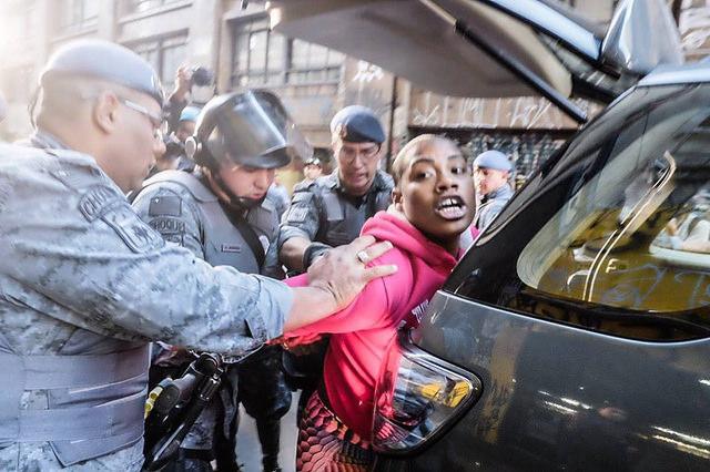 Militantes son detenidas por la Policía Militar en la región central de la ciudad de São Paulo - Créditos: Jornalistas Livres