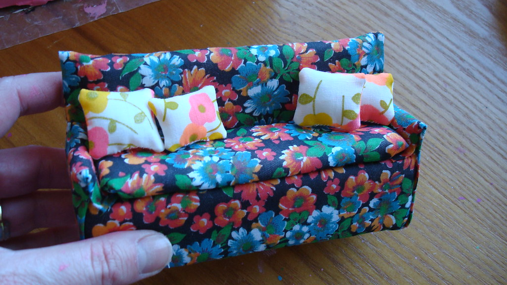 Dollhouse Sofa (mini tutorial)