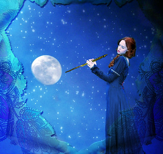 Suonatrice di flauto alla luna - Woman playing flute at the moon
