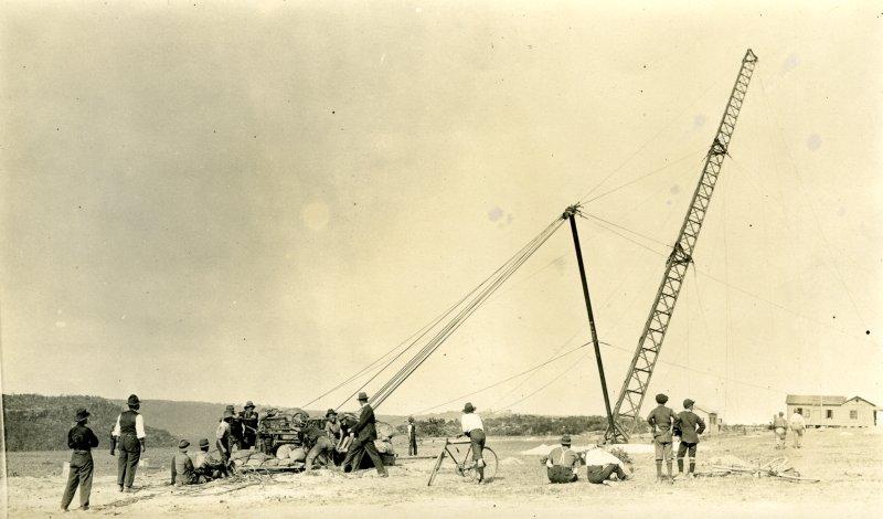 2FC Radio transmitting mast erection: Willoughby, Sydney