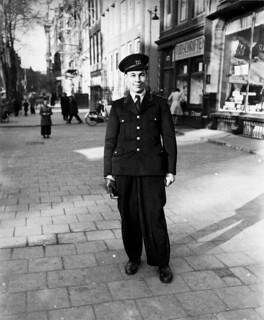 03-05-1951_09124 Nieuw uniform voor postbode