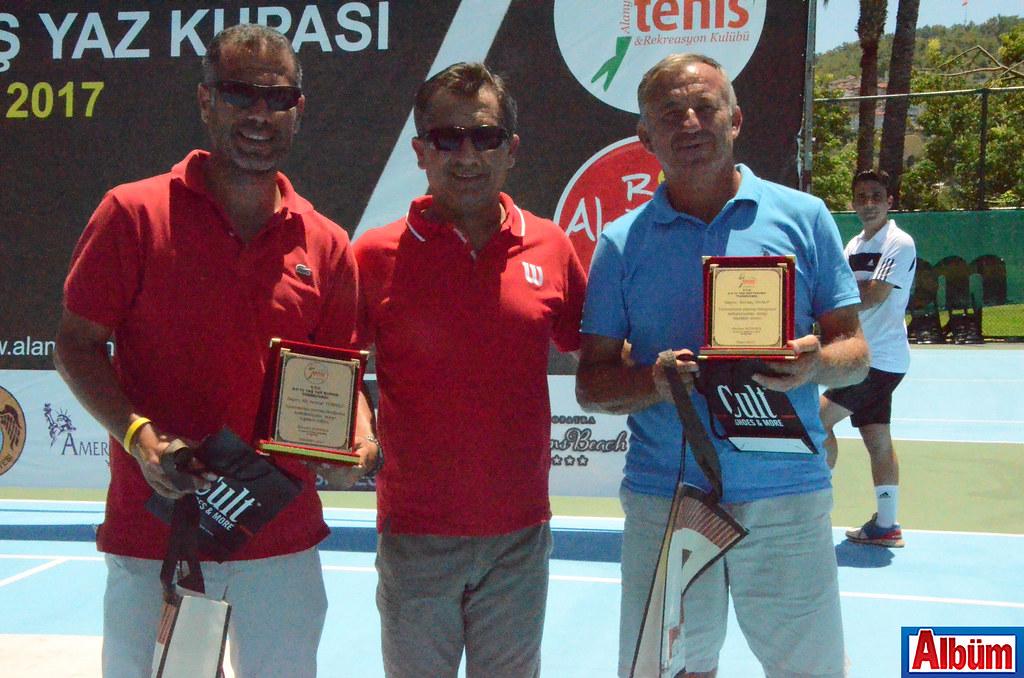 Alanya Tenis Kulübü Başkanı Ahmet Sönmez, Başhakem Ali Serdar Türköz ve Sertaç Sualp'e teşekkür plaketi verdi.
