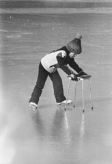 Kind leert schaatsen met stoel / Child learns how to skate with a chair