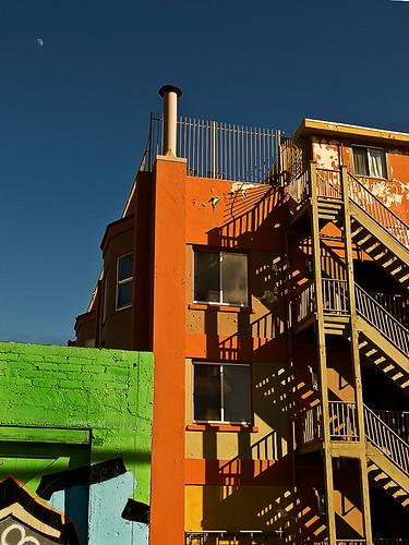 city red orange moon green graffiti shadows backalley 4tografie