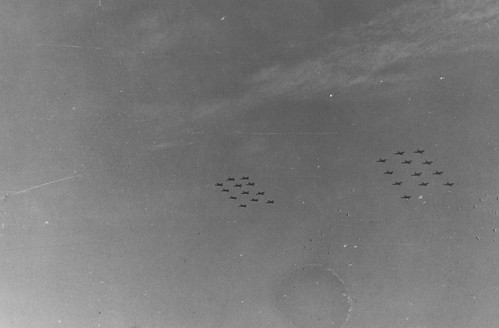 Allierte fly i formasjon over Trondheim / Allied fighter planes in formation above Trondheim (1945)