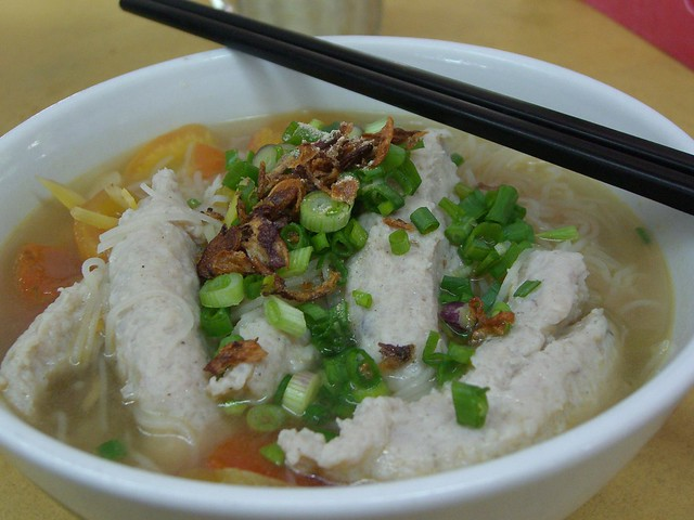 Fish dumpling clear soup rice vermicelli woo pin fish for Rice noodle fish
