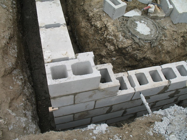 Construction of concrete block foundation wall corner for Concrete block basement
