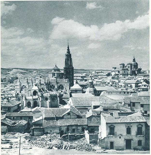 Vista de la Catedral desde el Alcázar hacia 1950. Se ve la casa del anticuario Justo García Callejo. Fotografía de E. Boudot-Lamotte.