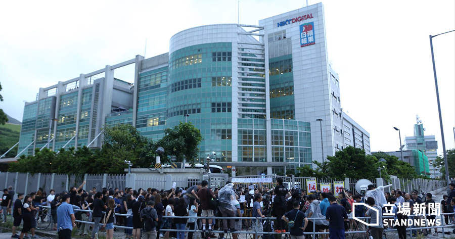 壹傳媒集團計劃將旗下刊物部份編採製作外判,壹傳媒工會2017年7月5日傍晚發動離席抗議行動,約有100名員工離開工作崗位在壹蘋果大樓外默站,向集團管理層表示抗議。