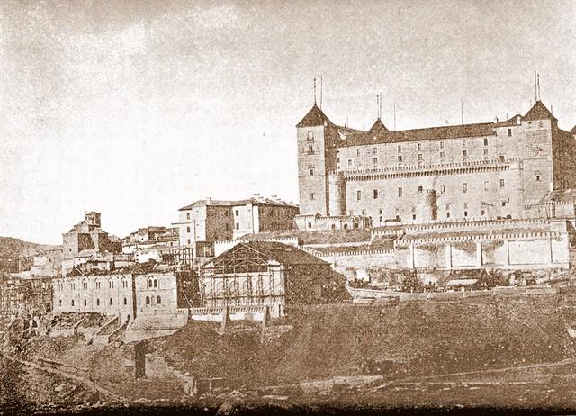Construcción del picadero militar en los terrenos donde se levantara el Hospital de Santiago. Imagen tomada hacia 1880