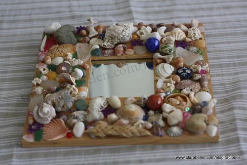 Manualidades: decorar un marco de espejo de IKEA con caracolas, cuentas, conchas, semillas