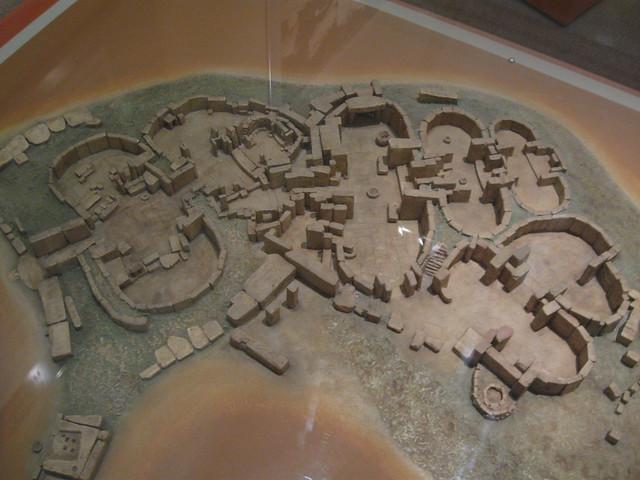 Ogólny plan świątyni w Tarxienie z wyraźnie widocznymi budowlami na rzucie podwójnego owalu.