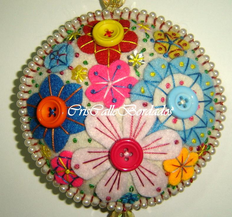 Mandala de flores bordada a mão