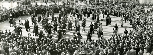 Frigjøringsdans på byens torg / Freedom dancing at the town square (1945)