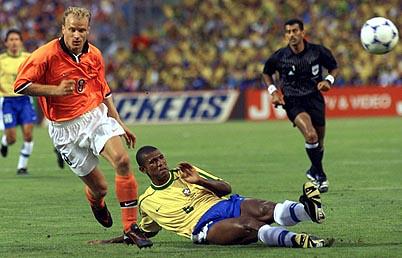 Bekeek de zinderende wedstrijd met verschrikkelijke afloop. Nederland-Brazilië met 30 man op 14 vierkante meter. Gastheerschap @mjuffermans http://prbt.nl/882843E2