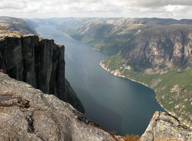 Monte Kjerag: Los abismos de roca de Lysefjord, Fiordo de Lyse, Noruega