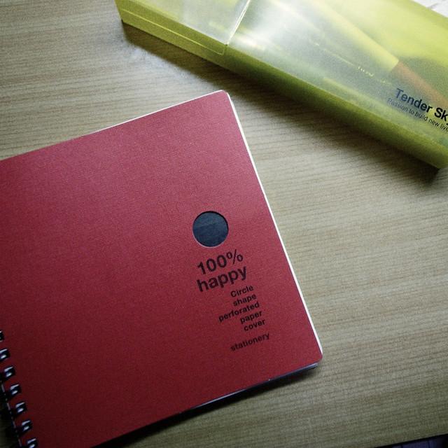正方形红色笔记本与黄色铅笔盒