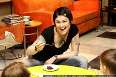 rachel showing the kids how to enjoy dessert