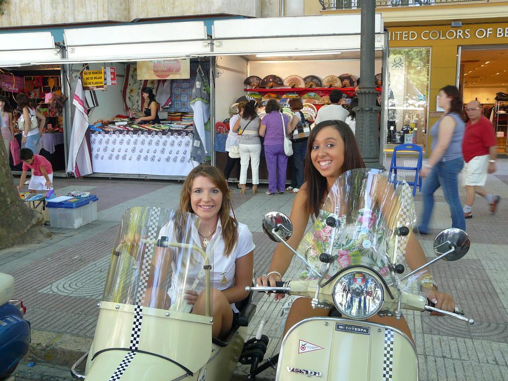 Chicas guapas en una Vespa con sidecar - Xàtiva - Valencia
